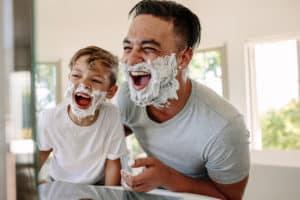 Vater Sohn Rasur Männerpflege